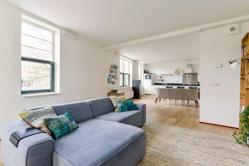 Обязательный элемент студии - практичный комфортабельный диван