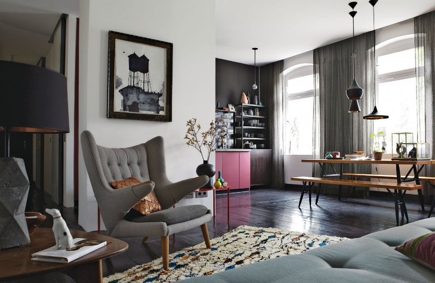 Монохромная цветовая гамма обоев в гостиной с яркими контрастными элементами