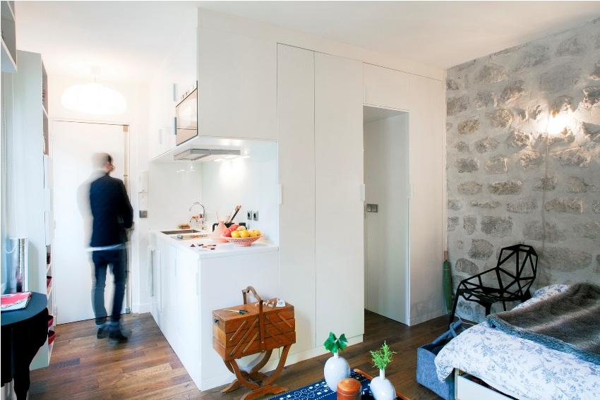Современное оформлении маленькой квартиры-студии со светодиодной подсветкой под шкафами