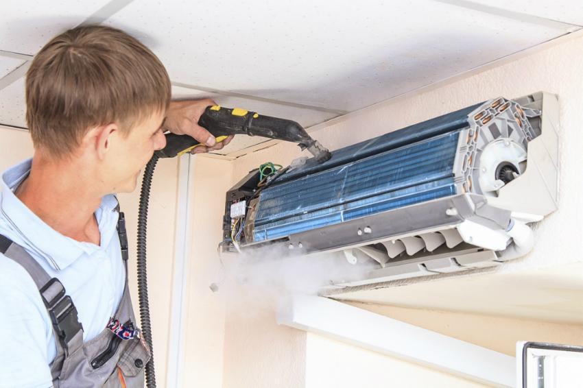 Для чистки кондиционера можно вызвать специалиста, который также проведет дезинфекцию и заправку прибора