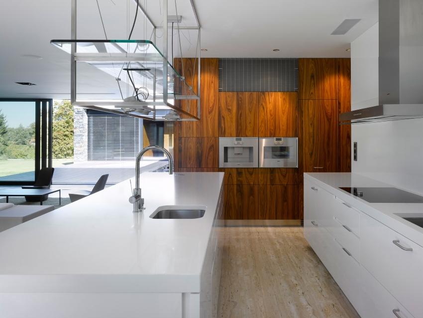 Кухня с деревянными панелями
