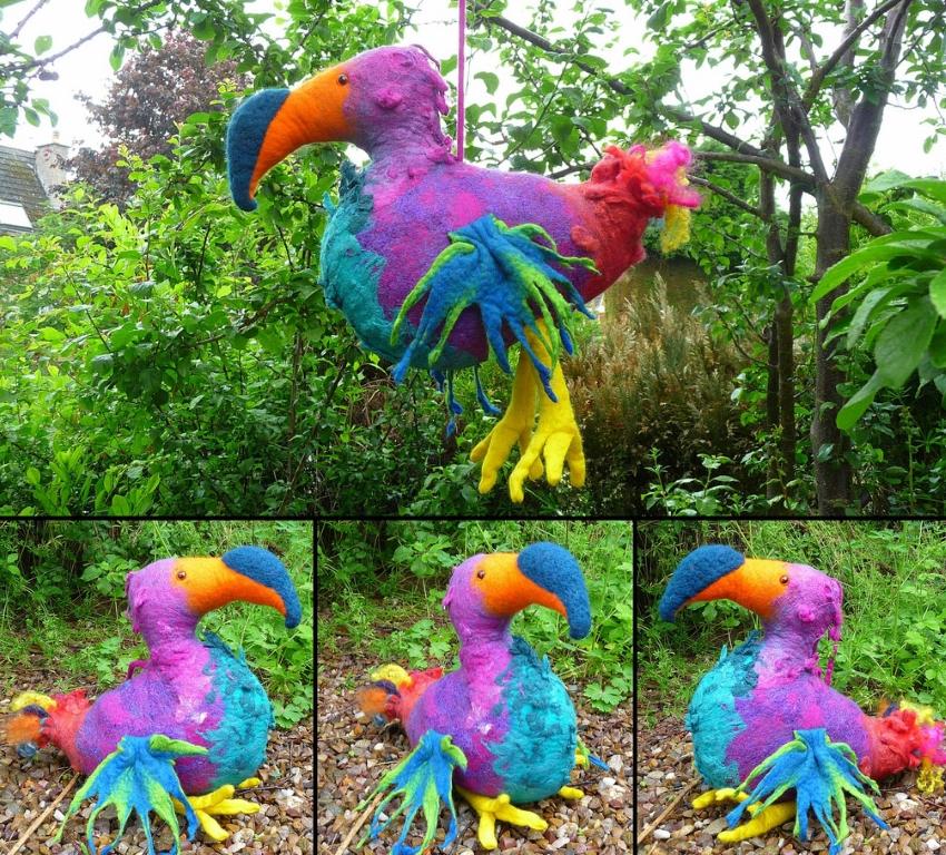 Эффектная птица из монтажной пены и ткани