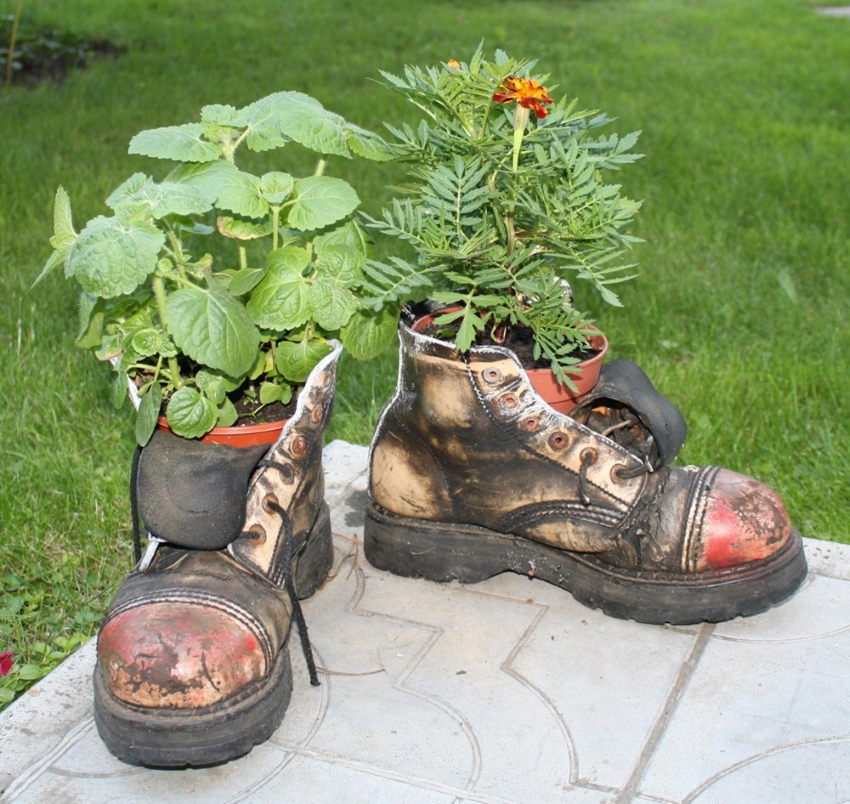 Красивые вазоны из старых ботинок