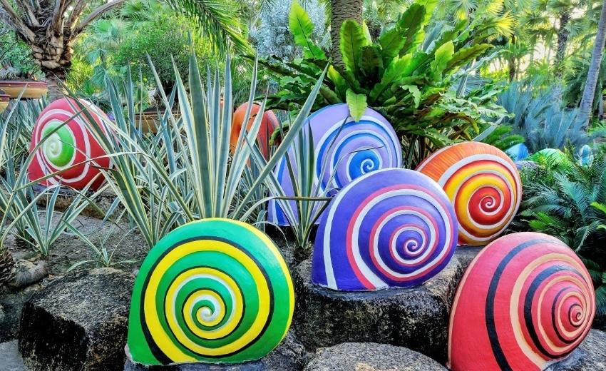 Камни, разрисованные под улиток