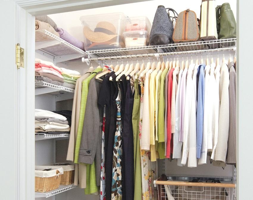 Небольшая гардеробная комната в нише