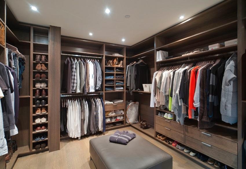 Просторная гардеробная в отдельной комнате