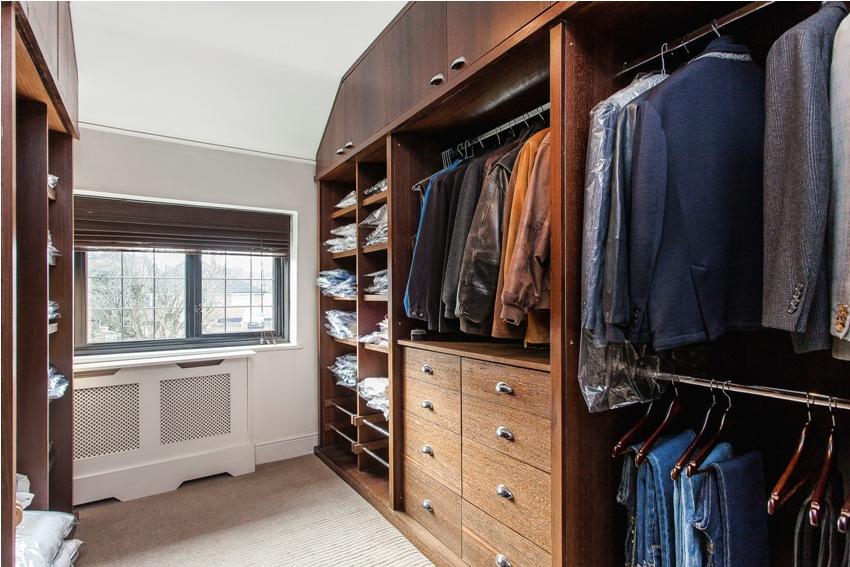 Гардеробная комната с двухсторонним расположением шкафов