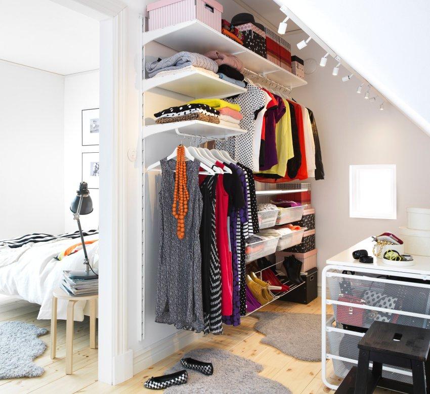 Маленькая гардеробная в мансардном помещении
