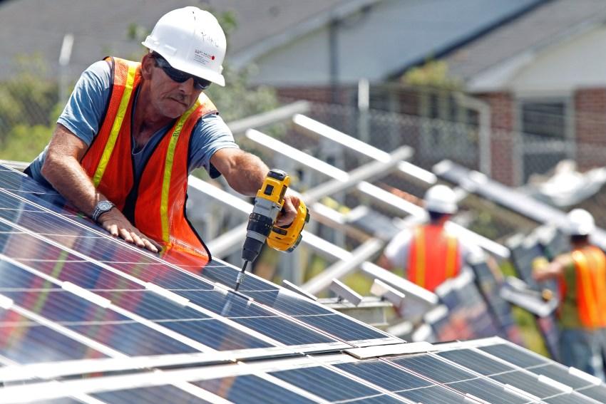 Монтаж солнечных коллекторов на крышу дома