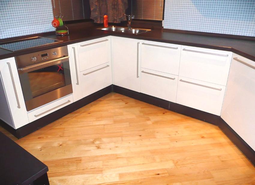 Электрический теплый плинтус, встроенный в кухонную мебель
