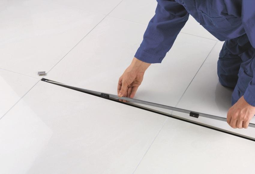 Шаг 4: укладка плитки, установка декоративной решетки трапа