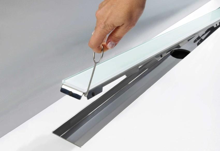 Стеклянный сливной трап в современном дизайне