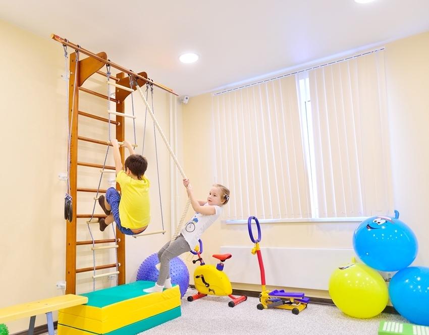 Многие родители отдают предпочтение детским спортивным комплексам, изготовленным из дерева