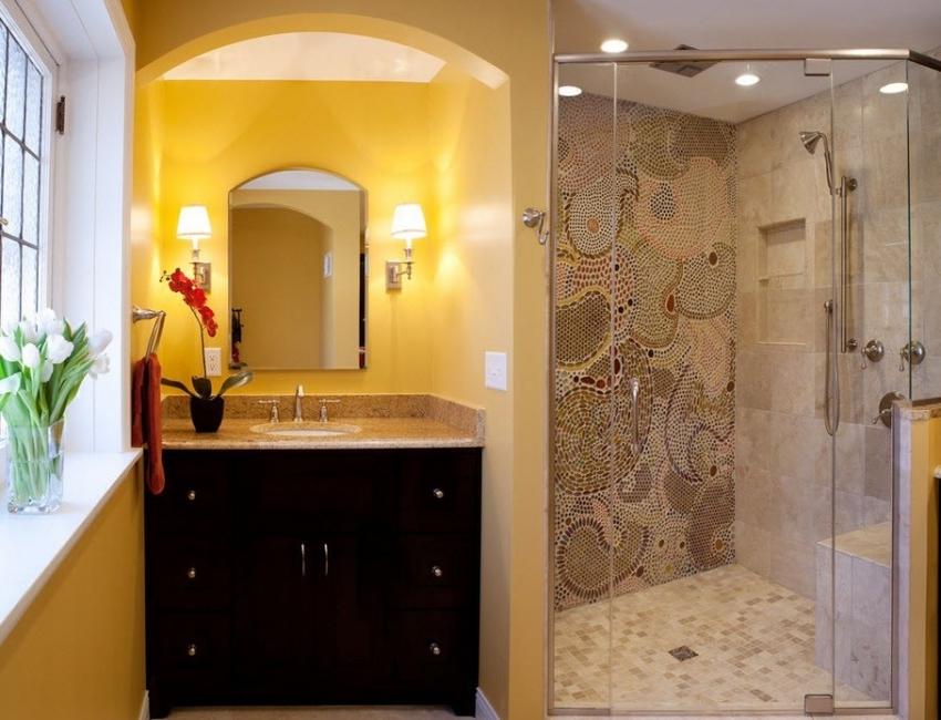 Полезное пространство маленькой ванной комнаты можно сэкономить, установив душевую кабину вместо ванны