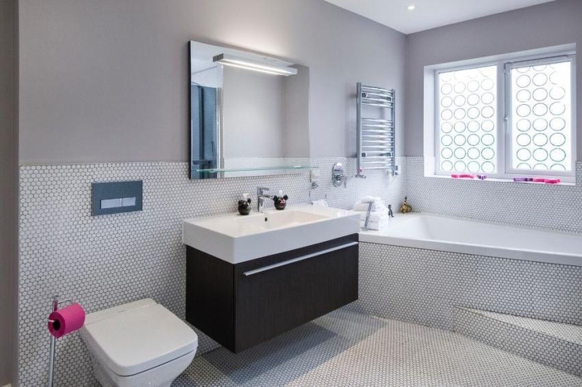 Угловая ванна занимает меньше места в ванной комнате и экономит пространство