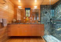 Пример использования двух видов плитки с имитацией в интерьере ванной комнаты