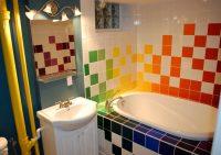 Маленькая ванная комната оформлена с использованием разноцветной квадратной плитки