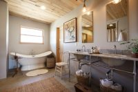 Для оформления интерьера ванной в стиле прованс чаще всего используется плитка под дерево