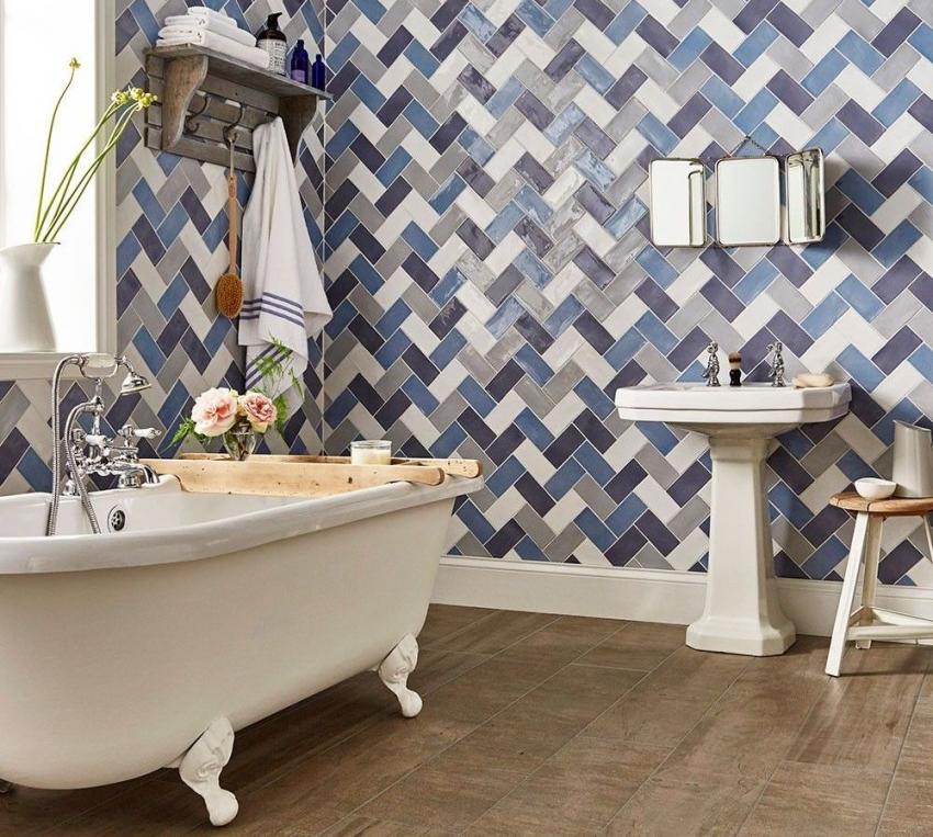 Сложный рисунок укладки керамической плитки на стенах ванной комнаты требует точной разметки и навыков работы