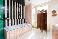 С помощью ярких вставок из керамической плитки для ванной можно зонировать пространство комнаты