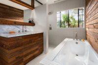Белая плитка для ванной красиво сочетается с натуральной древесиной
