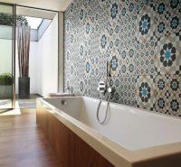 Использование плитки с разным рисунком является современным дизайнерским приемом