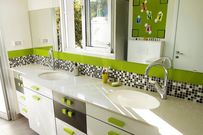 В коллекциях разных производителей плитки можно встретить матовую, полупрозрачную, прозрачную или с декоративными вкраплениями мозаику
