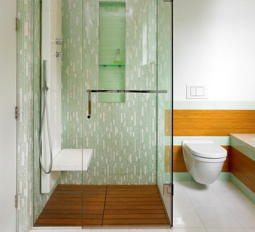 Зрительно разделить пространство ванной комнаты можно, использовав плитку контрастного цвета