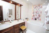 Одинаковая отделка на стенах и полу придаёт ванной комнате особый шарм