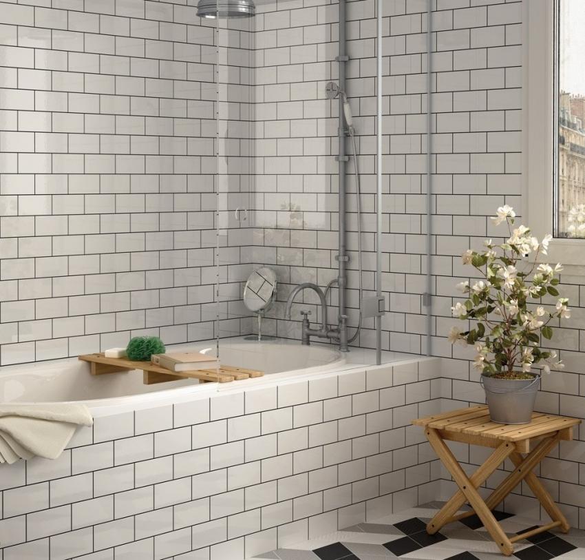 Укладка белой плитки среднего размера по всему периметру стен поможет визуально увеличить пространство ванной комнаты