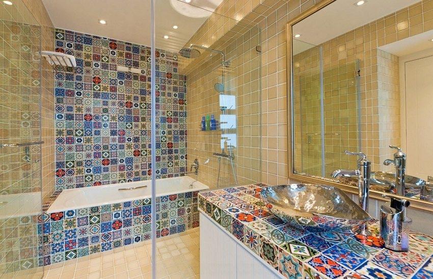 Пример использования плитки в стиле печвок для оформления ванны и столешницы