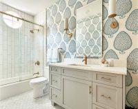 Для оформления ванной комнаты в классическом стиле, можно использовать влагостойкие обои