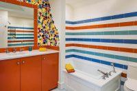 Для того чтобы подчеркнуть отделку стен цветной плиткой, используется затирка белого цвета
