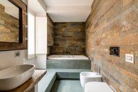 Иногда для воплощения дизайнерских идей, для стен используют напольную плитку, но при таком варианте необходимо качественное основание и клеящий состав