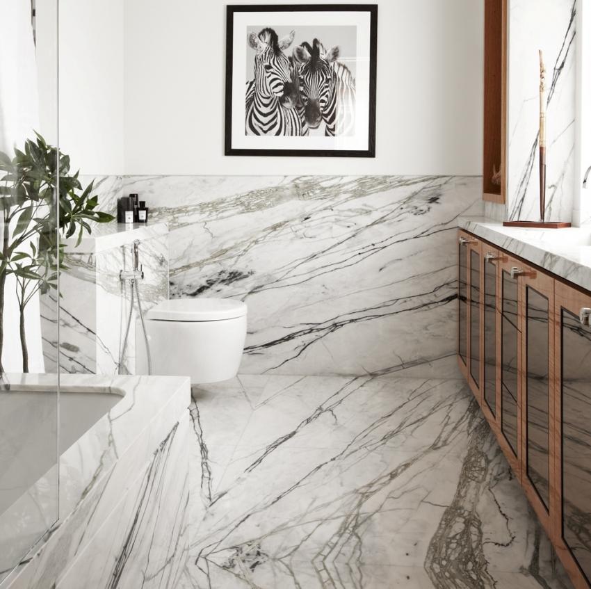 Плитка под мрамор является отличным решением для ванной комнаты небольшого размера