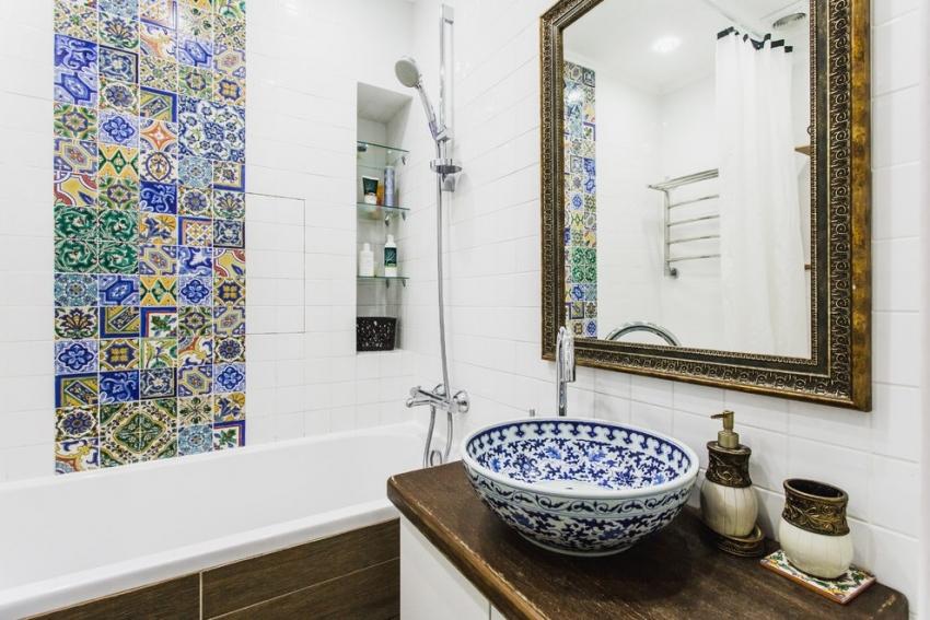 Придать выразительности ванной комнате можно при помощи ярких элементов декора или вставок из контрастной плитки
