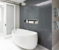 Пример использования плитки для отделки акцентной стены в ванной комнате