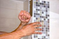 Перед укладкой, следует предварительно рассчитать и подготовить все необходимые обрезки плиток