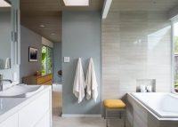 Визуально расширить пространство ванной комнаты можно, использовав для отделки глянцевые виды керамической плитки