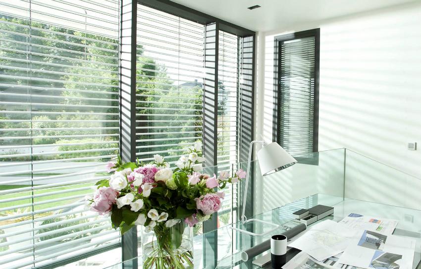 Для рабочей зоны или кабинета лучше использовать шторы жалюзи, которые позволяют регулировать уровень освещения на протяжении дня