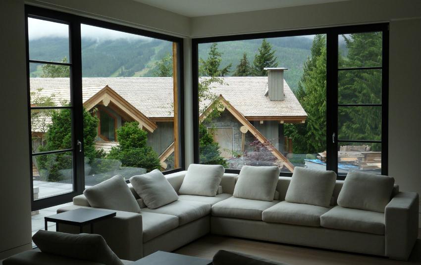 Если комната находится на солнечной стороне, для нее можно приобрести самозатеняющиеся окна, которые реагируют на солнечные лучи