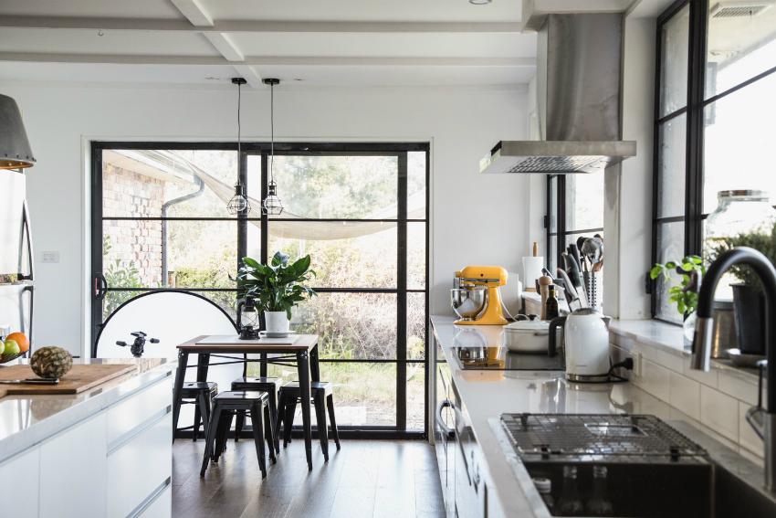 С помощью раздвижных панорамных окон обеденную зону кухни можно объединить с выходом во двор