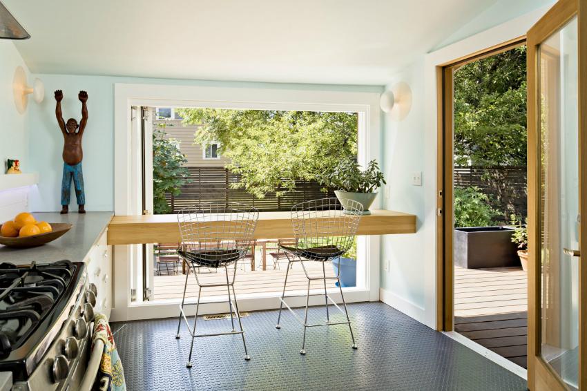 Благодаря большим панорамным окнам можно создать уникальный и необычный дизайн кухни