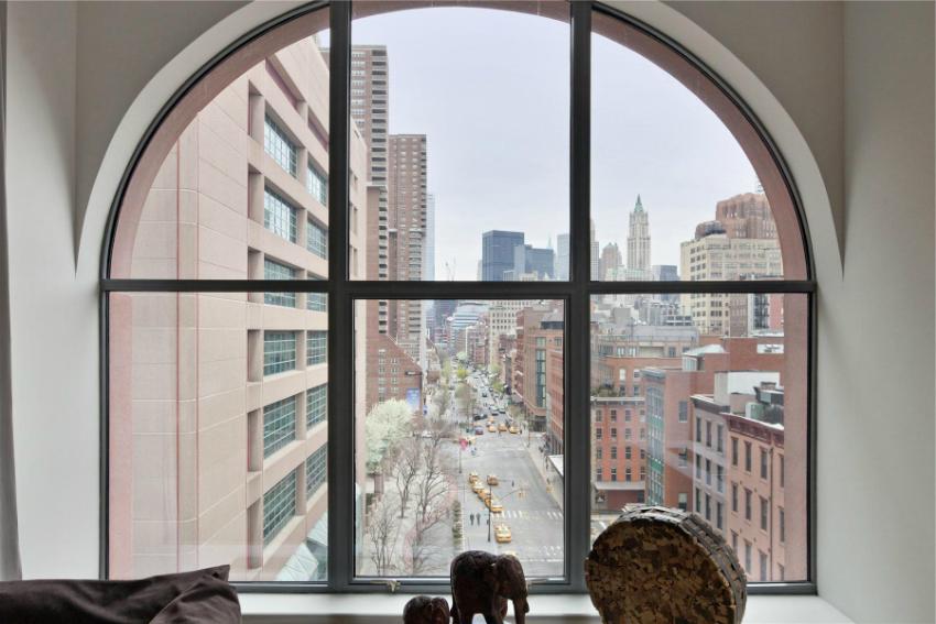 При установке панорамного окна в квартире, следует учитывать уровень шума на улице