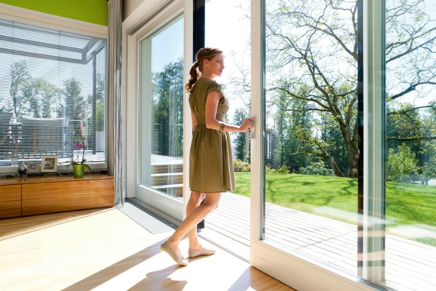 Благодаря панорамным окнам можно экономить на электричестве, поскольку в помещении всегда будет много естественного света