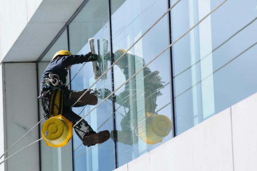 Установив панорамные глухие окна на верхних этажах, необходимо будет пользоваться услугами клиринговых служб