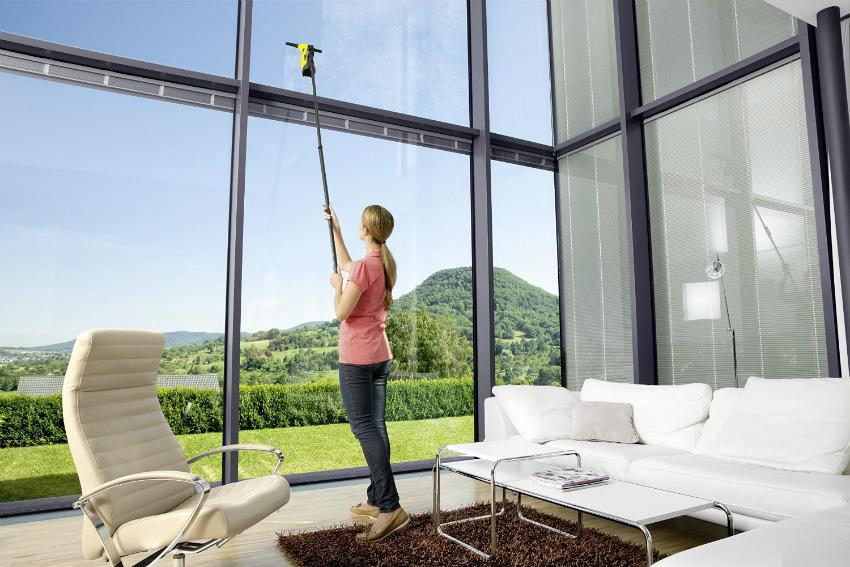 Для мытья больших панорамных окон используются длинная щётка или магнитная губка
