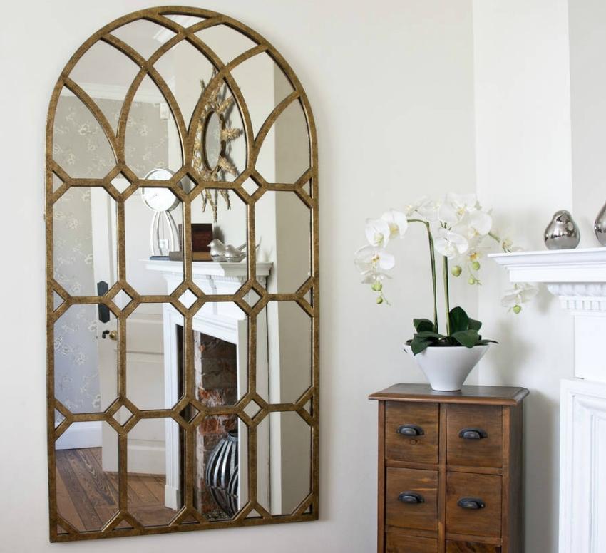 Для расширения пространства комнаты также используют фальш-окна из зеркал