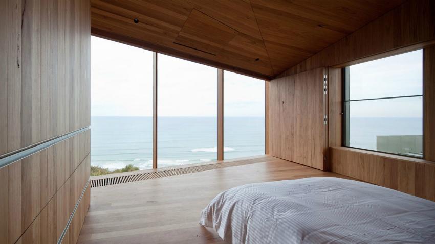 На фото пример деревянной конструкции, которая полностью закрывает панорамное окно, что удобно в ночное время
