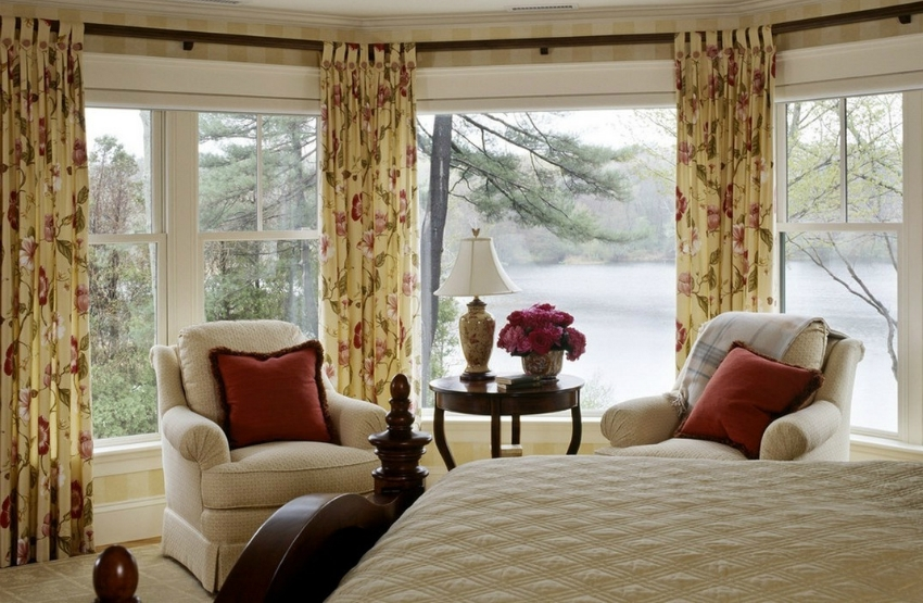 Французское остекление в спальне популярно в загородных домах, где низкой уровень шума извне